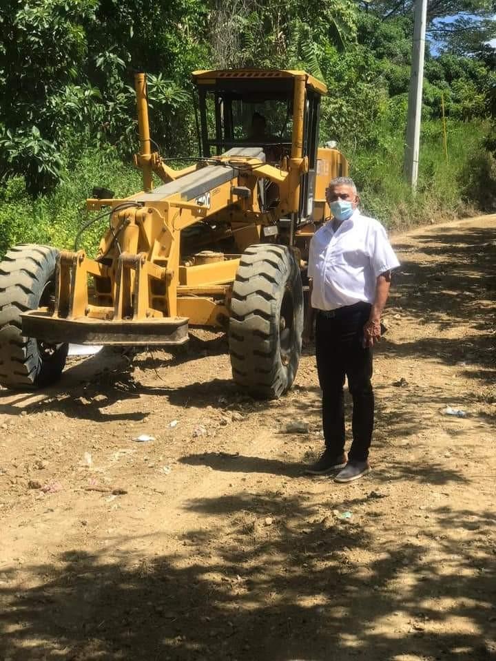 Alcalde ordena arreglo de camino vecinal en la comunidad de Los Mangos